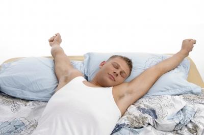muž sám v postelo
