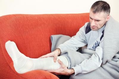 zlomená noha muža